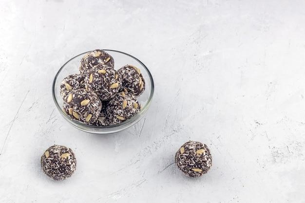 Zelfgemaakte energieballen gemaakt van een mengsel van noten, zonnebloempitten, kokoschips en haver