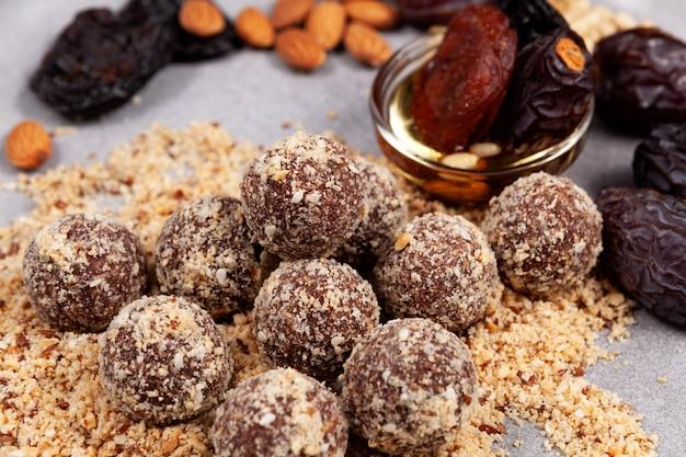 Zelfgemaakte energieballen gezonde snoepjes of fitnesssnack zonder suikerclose-up
