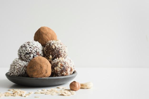Zelfgemaakte energieballen met cacao, kokosnoot.