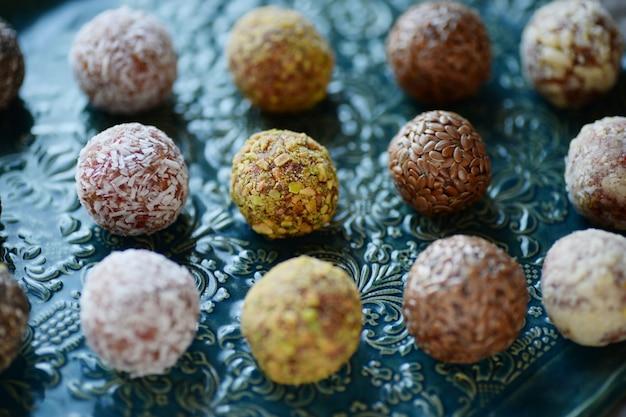 Zelfgemaakte energieballen met noten, sesam, chiazaad en gedroogde vruchten