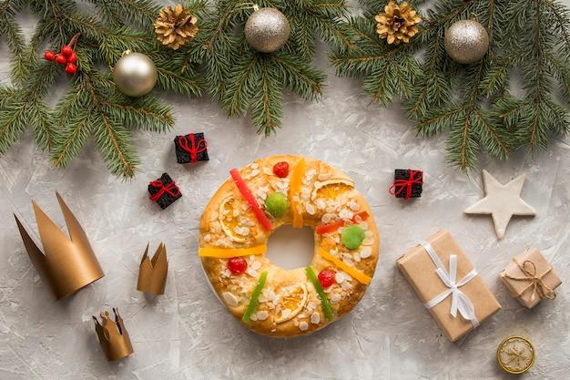 Zelfgemaakte epifanie dessertkronen en geschenken