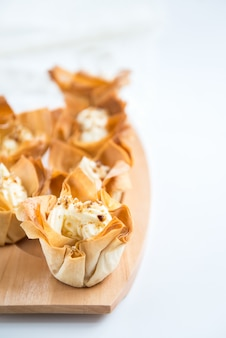 Zelfgemaakte filo-gebakmanden met mascarpone-crème
