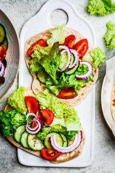 Zelfgemaakte flatbread met verse groenten