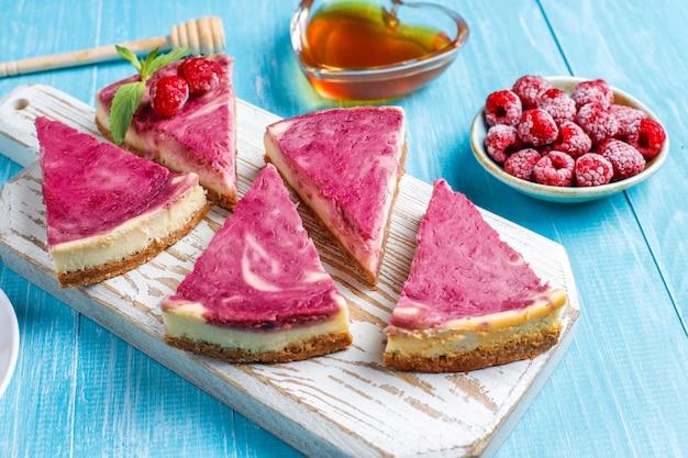 Zelfgemaakte frambozen cheesecake met honing