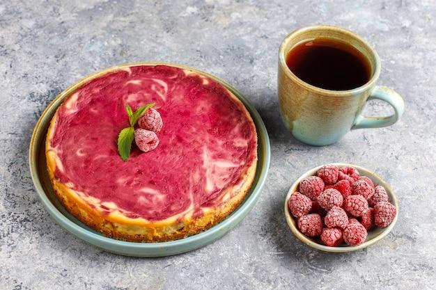 Zelfgemaakte frambozen cheesecake met honing.