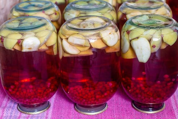 Zelfgemaakte fruitcompote uit blik voor de winter
