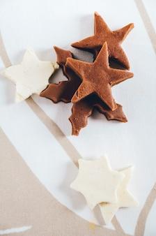 Zelfgemaakte fudge uitgesneden als stervorm voor zoete kerstcadeautjes