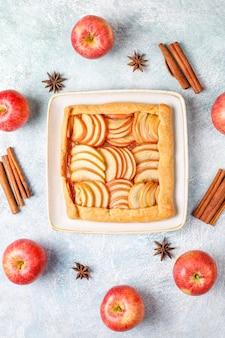 Zelfgemaakte galette met appels en kaneel.