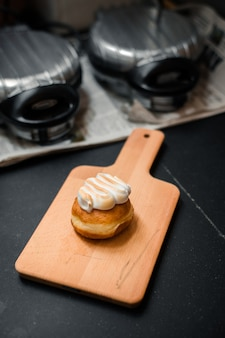 Zelfgemaakte gearomatiseerde donuts op een houten bord