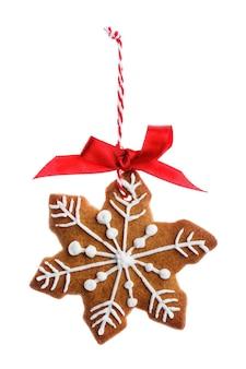 Zelfgemaakte gebakjes kerstkoekjes in de vorm van sneeuwvlokken geïsoleerd op een witte achtergrond