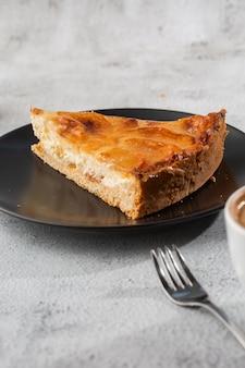 Zelfgemaakte gebakken appeltaart taart met appels gesneden in een decoratieve cirkelvorm bovenop vlokkige boterachtige korst op marmeren achtergrond. rustieke stijl. kopieer ruimte. verticaal. menu voor café