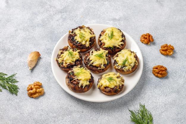 Zelfgemaakte gebakken gevulde champignon champignons met verse dille en kaas