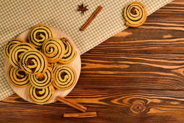 Zelfgemaakte gebakken koekjes met rozijnen en maanzaad