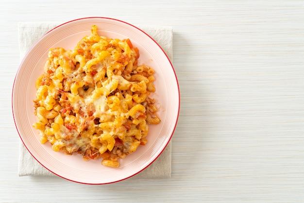 Zelfgemaakte gebakken macaroni bolognese met kaas - italiaans eten