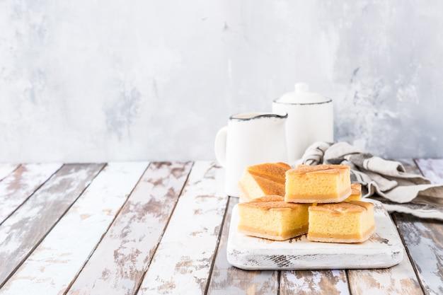 Zelfgemaakte gebakken puddingcake