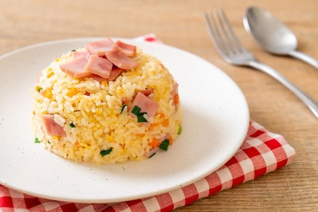 Zelfgemaakte gebakken rijst met ham op plaat
