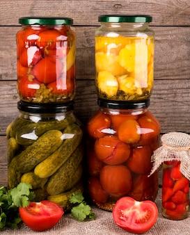 Zelfgemaakte geconserveerde groenten in potten
