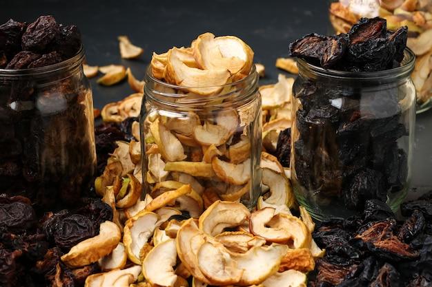Zelfgemaakte gedroogde appels, pruimen en peren in glazen potten