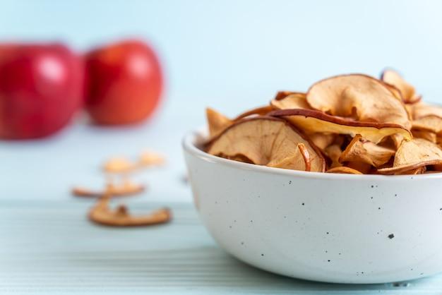 Zelfgemaakte gedroogde biologische appel gesneden