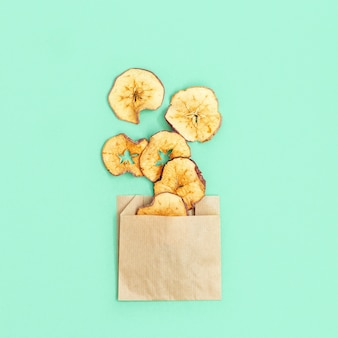 Zelfgemaakte gedroogde fruitchips in papieren verpakking