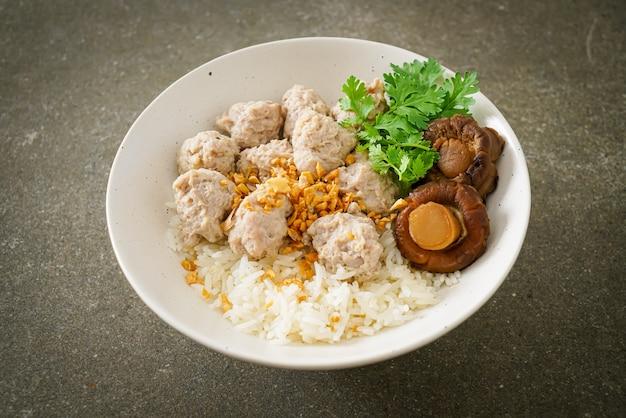Zelfgemaakte gedroogde rijstpap met gekookte varkenskom