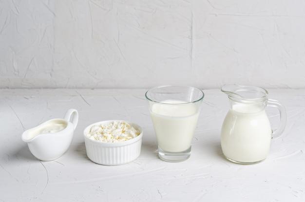 Zelfgemaakte gefermenteerde drank in een glas kefir, kwark, zure room op een witte ondergrond