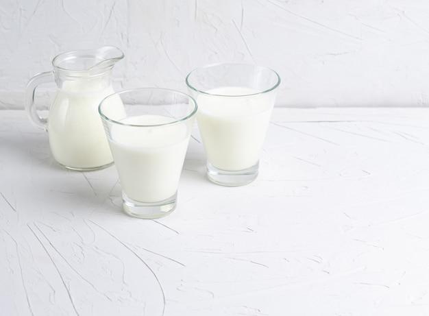 Zelfgemaakte gefermenteerde drank in glazen kefir of bulgaars.