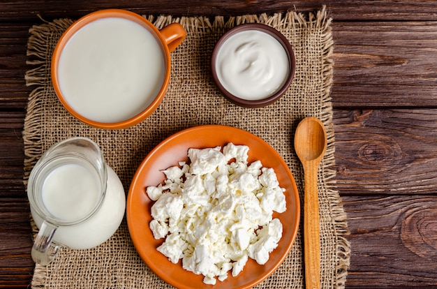 Zelfgemaakte gefermenteerde melkproducten kefir, kwark, zure room