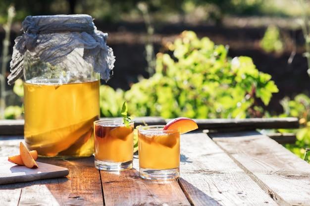 Zelfgemaakte gefermenteerde rauwe kombucha-thee met verschillende aroma's