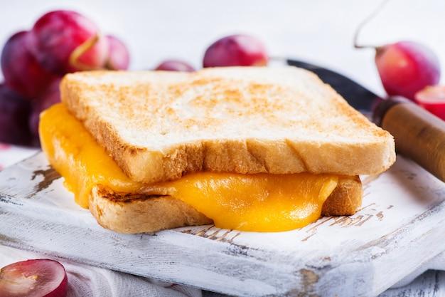 Zelfgemaakte gegrilde kaassandwich