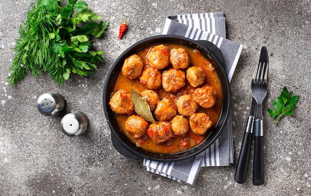 Zelfgemaakte gehaktballen met tomatensaus