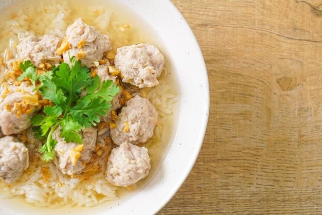 Zelfgemaakte gekookte rijst met varkenskom por