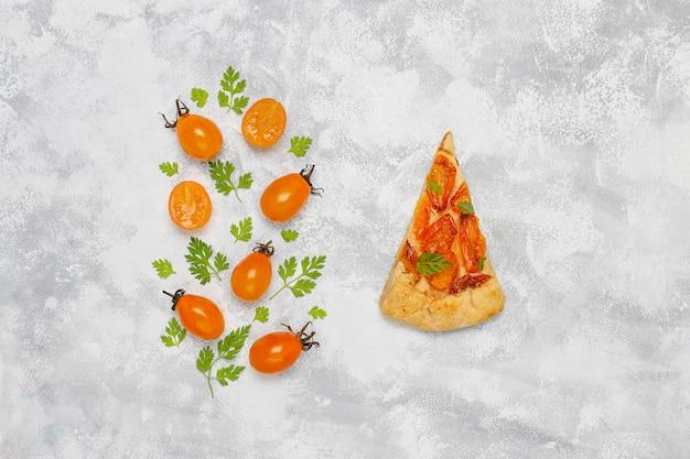 Zelfgemaakte gele cherry galette taart op grijs licht, bovenaanzicht, voor kopie of tekst