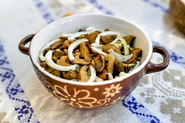 Zelfgemaakte gemarineerde champignons. biologisch voedsel