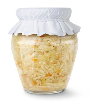 Zelfgemaakte gemarineerde kool (zuurkool) in glazen pot met papieren deksel geïsoleerd op een witte achtergrond