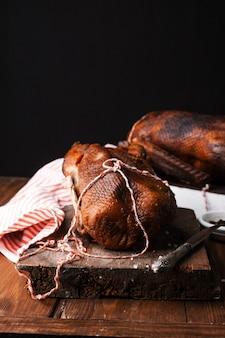 Zelfgemaakte gerookte barbecue varkensvlees ribben klaar om te eten