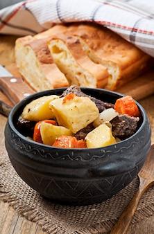 Zelfgemaakte gestoofde aardappelen