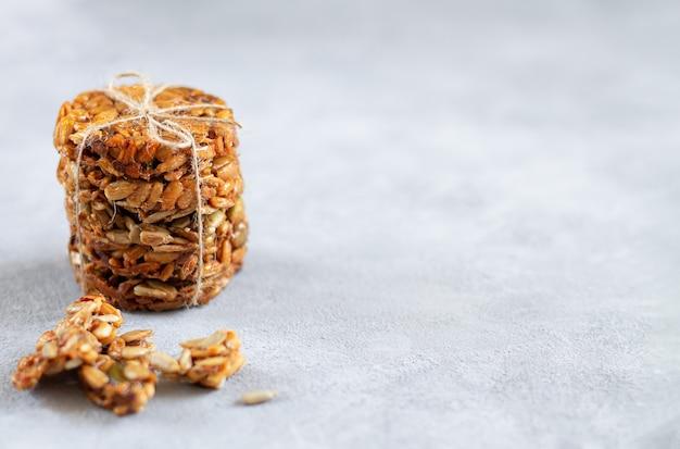 Zelfgemaakte gezonde dessert kozinaki met zonnebloempitten, pompoenpitten en honing. stapel energiesuikergoed