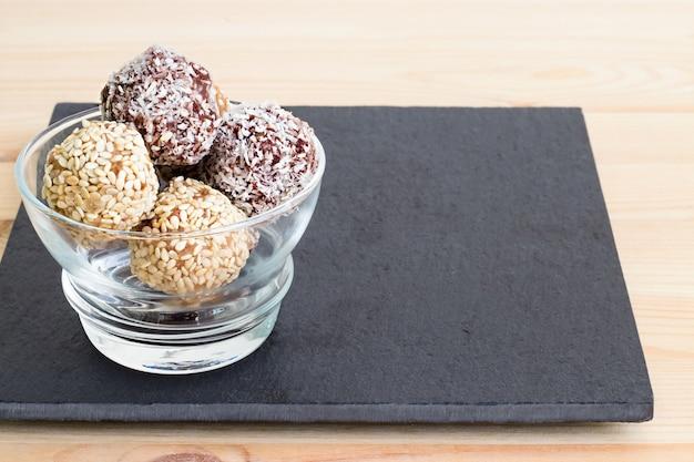 Zelfgemaakte gezonde paleodata en chocolade-energieballen. veganistische truffels. ruimte kopiëren