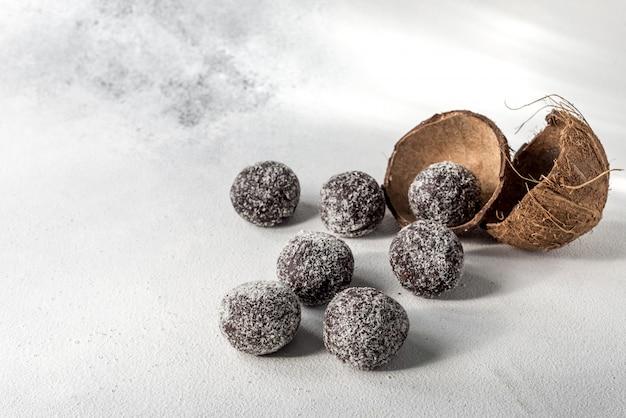 Zelfgemaakte gezonde proteïne energieballetjes met gedroogde abrikozen, rozijnen, walnoten, amandelen en kokos. gezond zoet eten.
