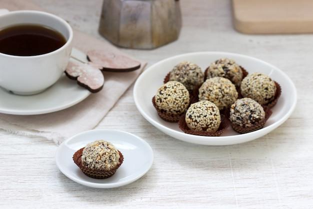 Zelfgemaakte gezonde snoep gemaakt van gedroogd fruit, honing en noten. rustieke stijl.
