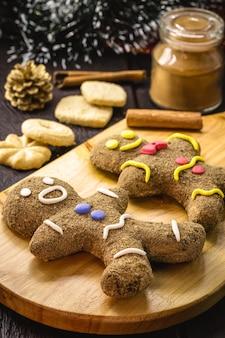 Zelfgemaakte gingerbread man kerstkoekjes worden gebakken, kerstsnoepjes