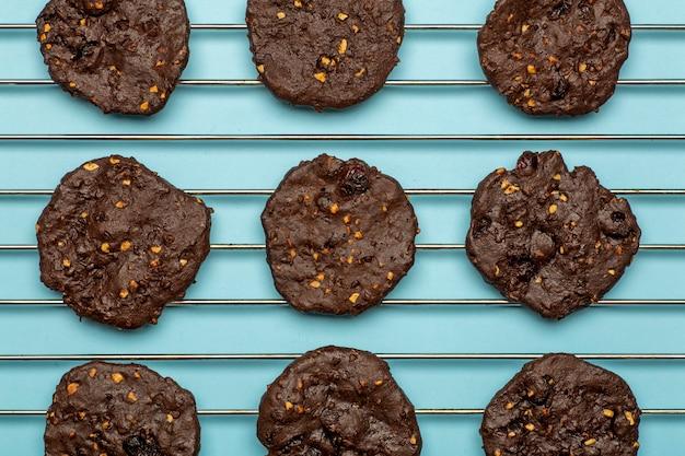Zelfgemaakte glutenvrije chocoladeschilferkoekjes met ontbijtgranen, noten en biologische cacao.