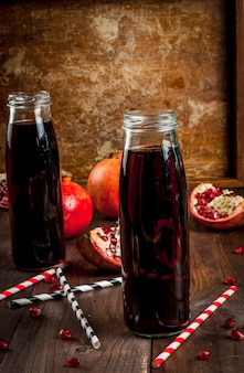 Zelfgemaakte granaatappelsap in flessen