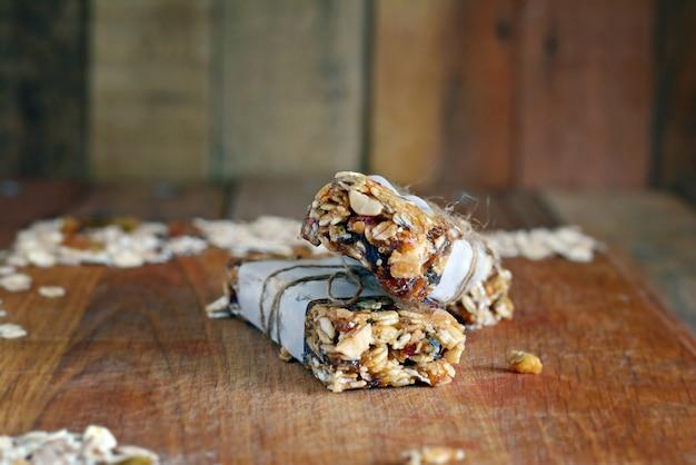 Zelfgemaakte granola energierepen met vijgen, havermout, amandel, droge cranberry, dadels, noten, rozijnen, sesam en gezonde snack, bovenaanzicht, kopie ruimte. snack eten. snack voor atleten en studenten
