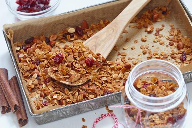 Zelfgemaakte granola, muesli in een bakvorm.