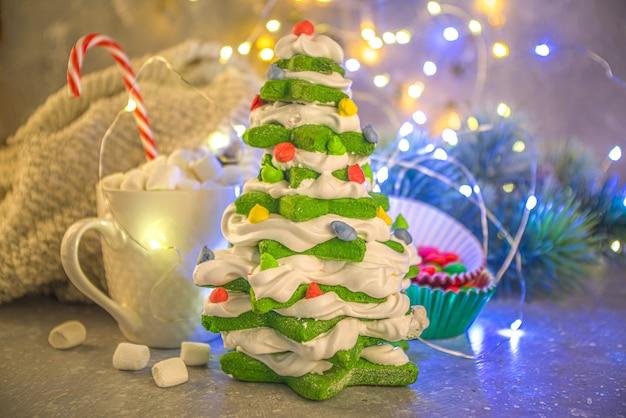 Zelfgemaakte groene peperkoek, meringue dessert kerstboom
