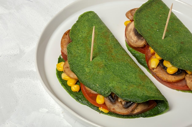 Zelfgemaakte groene spinazie pannenkoeken