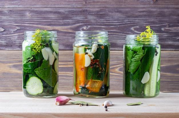 Zelfgemaakte groenten in het zuur in potten. gefermenteerd vegetarisch eten