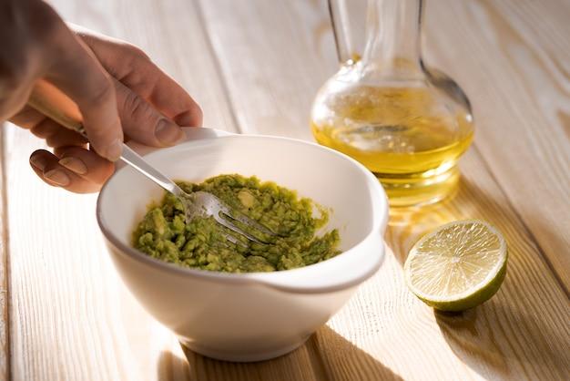 Zelfgemaakte guacamole bereiden uit biologische producten